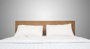 Белые постельные принадлежности и подушка в гостиничном номере Стоковая Фотография