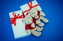 Белые подарочные коробки и медведи на голубой предпосылке Стоковая Фотография RF