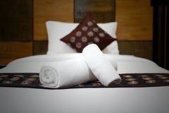 Белые полотенца ванны на кровати Стоковое фото RF