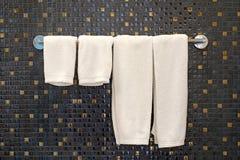 Белые полотенца ванны на шкафе полотенца Стоковая Фотография