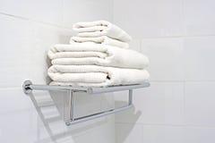 Белые полотенца ванны на шкафе полотенца Стоковые Изображения