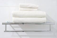 Белые полотенца ванны на шкафе полотенца Стоковые Фото