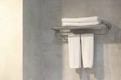 Белые полотенца ванны на шкафе полотенца Стоковое фото RF