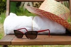 Белые полотенца в комплекте с аксессуарами праздника для ванны Стоковое фото RF