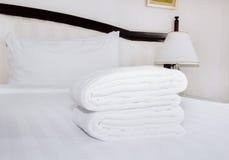 Белые полотенца кровать Стоковое Изображение RF
