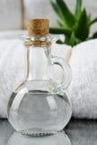 Белые полотенца КУРОРТА в комплекте с аксессуарами для ванны Стоковое фото RF