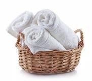 Белые полотенца курорта в корзине Стоковые Изображения