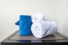 Белые полотенца на деревянной таблице в bathroon Стоковые Фотографии RF