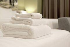 Белые полотенца на кровати Стоковая Фотография