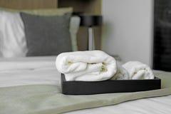 Белые полотенца на кровати Стоковое Фото