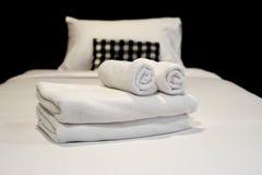 Белые полотенца на кровати Стоковые Изображения RF