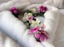Белые полотенца свернули украшенный с желтым цветом и purp Стоковые Изображения