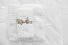 Белые полотенца с серой лентой Стоковое фото RF