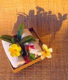 Белые полотенца с цветками Стоковое фото RF