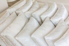 Белые подушки на конце кровати вверх Стоковая Фотография RF