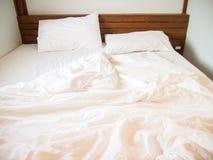 Белые подушки на кровати и грязном одеяле в спальне Стоковые Изображения RF