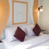 Белые подушки на кровати Стоковые Изображения