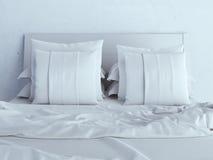 Белые подушки на кровати Стоковая Фотография