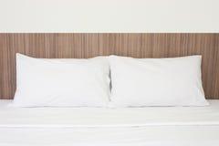 Белые подушки на кровати Стоковое Изображение RF