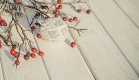 Белые предпосылка и шарики рождественской елки белизна изоляции декора рождества Стоковая Фотография RF
