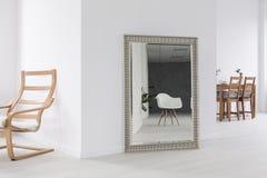 Белые просторные интерьеры и большое зеркало Стоковое фото RF