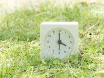 Белые простые часы на дворе лужайки, часы ` 4:00 4 o Стоковое фото RF