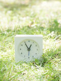 Белые простые часы на дворе лужайки, 12:55 12 55 Стоковая Фотография
