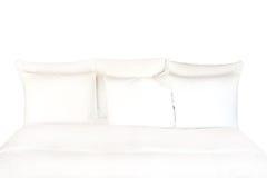 Белые простыни и подушки на белизне Стоковые Изображения