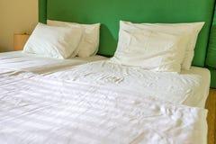 Белые простыни и подушки Стоковая Фотография RF