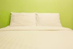 Белые простыни и подушки Стоковое Фото