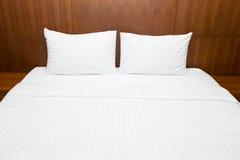 Белые простыни и подушки Стоковые Изображения