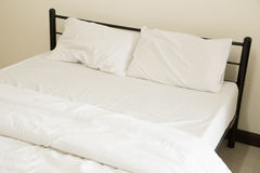 Белые простыни и подушки Стоковые Изображения RF