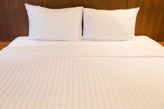 Белые простыни и подушки Стоковые Фотографии RF