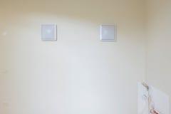 Белые пустые картинные рамки над белой стеной Стоковое фото RF