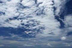 Белые, пушистые облака и птицы в голубом небе Стоковые Фото
