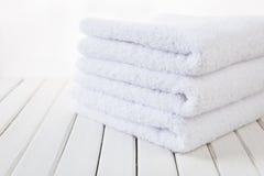 Белые пушистые полотенца ванны Стоковое Фото