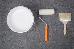 Белые пластичные ведро и щетка, ролик Стоковое Изображение