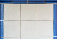 Белые плитки от изразцовой печи обрамленной с голубыми плитками Стоковое Изображение RF