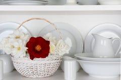 Белые плиты в кухонном шкафе и одной красной розе Стоковое Изображение RF