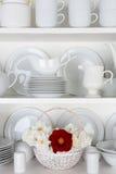 Белые плиты в кухонном шкафе и одной красной розе Стоковая Фотография