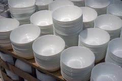 Белые плиты в магазине Стоковое фото RF