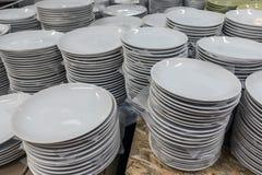 Белые плиты в магазине Стоковое Изображение