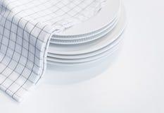 Белые плиты с полотенцем руки самонаводят предпосылка кухни Стоковое Изображение RF