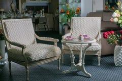 Белые ретро введенные в моду кресла с журнальным столом Стоковые Фото