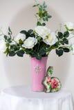 Белые розы в вазе стоковая фотография rf