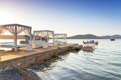 Белые роскошные кровати на заливе Mirabello на Крете Стоковые Фотографии RF