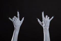 Белые руки изверга показывая знак тяжелого метала Стоковое фото RF