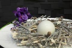 Белые свечи украшенные на плите Стоковая Фотография