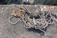 Белые серый цвет & веревочка Брайна на конкретном доке стоковое изображение