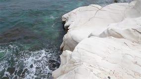 Белые скалы и голубое море смещение удя среднеземноморскую сетчатую туну моря Побережье Кипра акции видеоматериалы